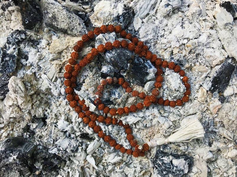 Perle di preghiera del rosario sui precedenti della cenere della cenere Rudraksha mala mantra 108 branelli fotografie stock