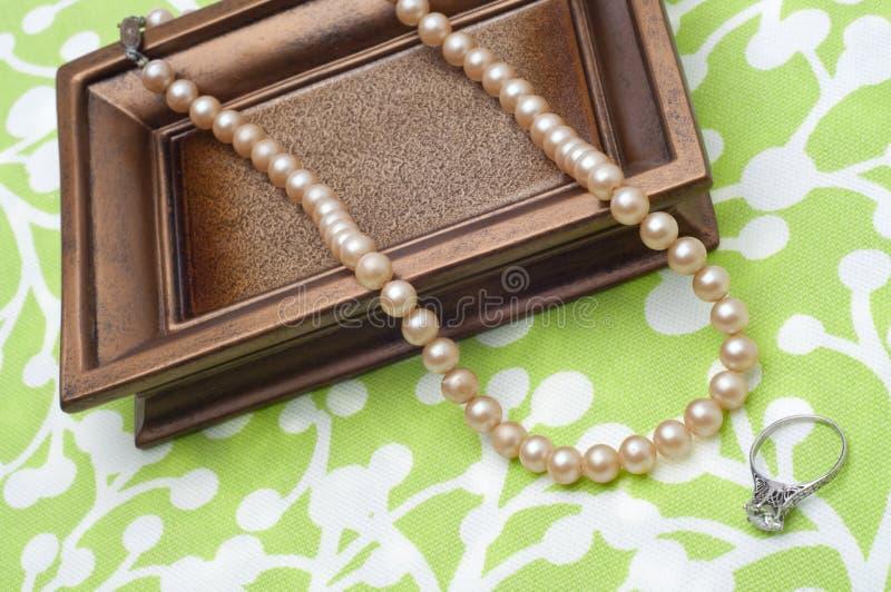 Perle e anello di fidanzamento antichi del diamante fotografia stock libera da diritti
