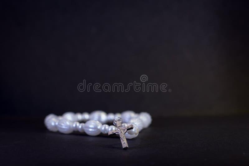 Perle ed incrocio del rosario immagine stock