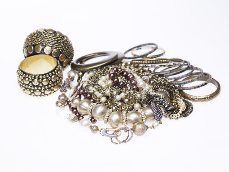 Perle et colliers et bracelets d'argent photo libre de droits