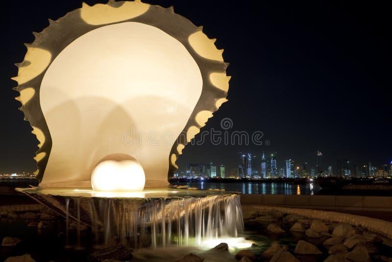 Perle et huître, Corniche, Doha, Qatar la nuit photo stock