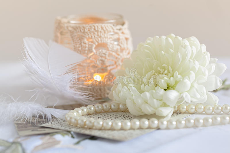 Perle, fleur, bougie, dentelle et vieilles lettres photos libres de droits
