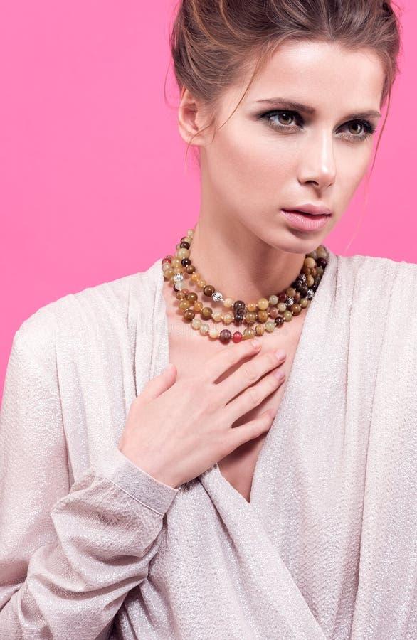 Perlen auf dem Hals einer jungen Frau Modenahaufnahmeporträt lizenzfreies stockbild