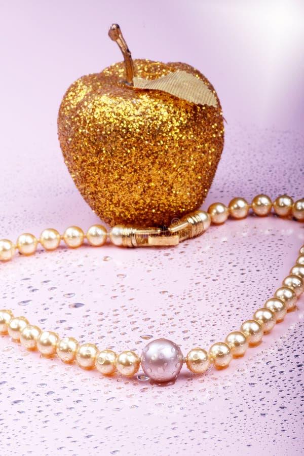 Perlen auf Rosa stockbilder