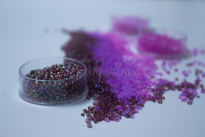 Perlen in den Schatten des Purpurs stockfotografie