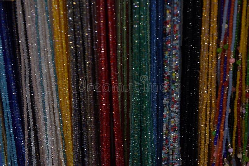 Perlen des unterschiedlichen Farbhängens stockfotografie