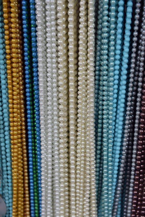Perlen des unterschiedlichen Farbhängens stockfotos