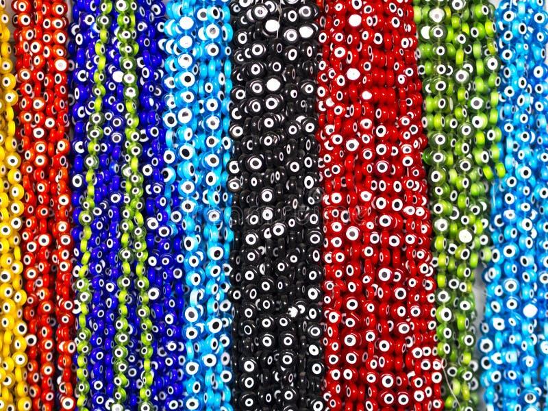 Perlen, die in den blauen, roten, schwarzen, grünen Farben hängen stockfotografie
