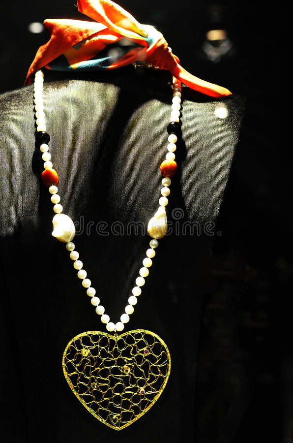 Perlen-Halskette mit Tracery-goldenem Herzen und bunten Edelsteinen, Schmuck-Stück stockfotografie