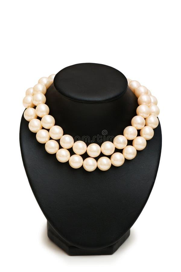 Perlen Sie Halskette auf dem Standplatz, der auf Weiß getrennt wird lizenzfreie stockfotos