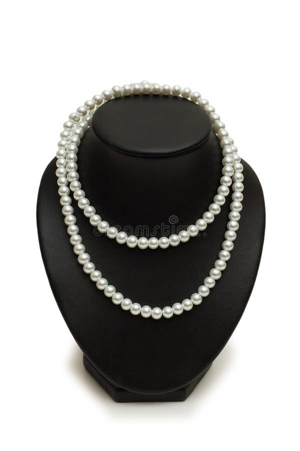 Perlen Sie Halskette auf dem Standplatz, der auf Weiß getrennt wird stockbilder
