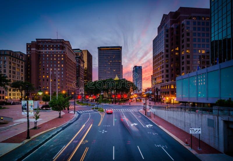 Perlen Sie Straße und moderne Gebäude bei Sonnenuntergang in im Stadtzentrum gelegenem Hartford stockbild