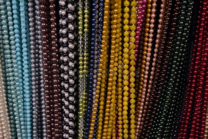 Perlen von verschiedenen Farben stockfotos