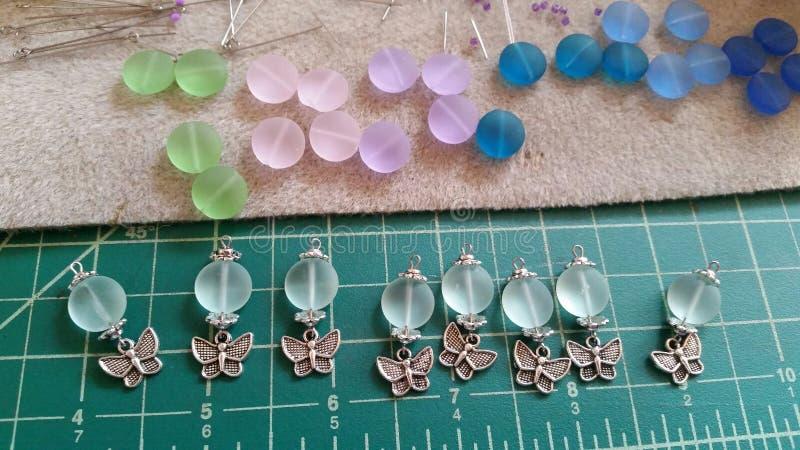 Perlenbesetzte Ohrringe lizenzfreies stockfoto