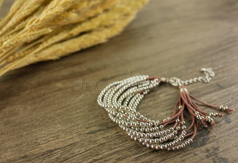 Perlenbesetztes Armband auf hölzernem Hintergrund lizenzfreie stockbilder