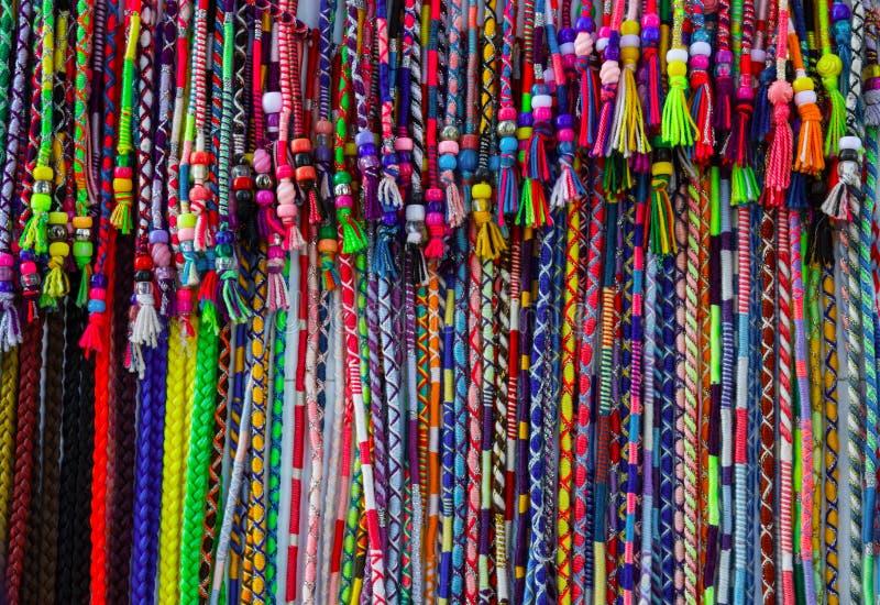 Perlenbesetztes Klipp der bunten klaren mehrfarbigen Schnur in den Haarverpackungen hergestellt vom Garn Handwerker hatte Waren i stockfotografie