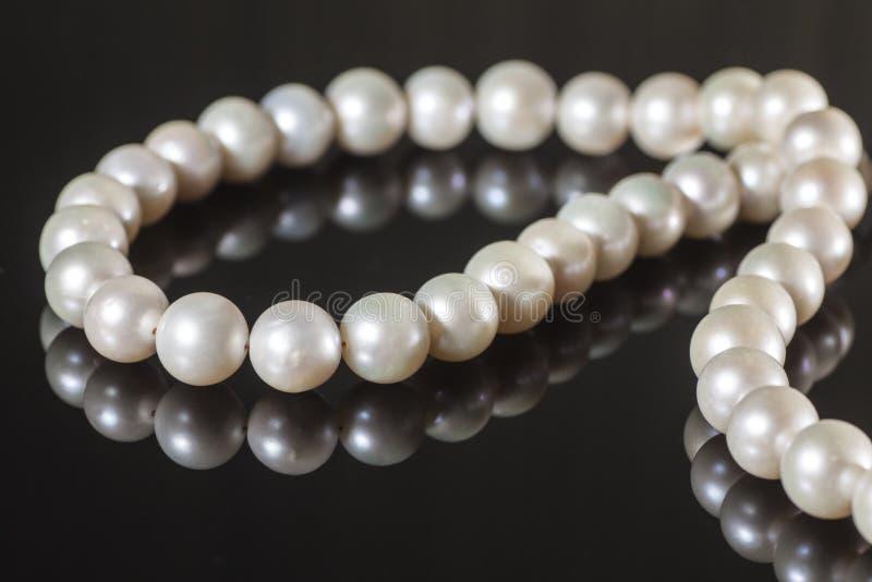 Perlenhalskette auf einem dunklen Hintergrund stockfoto