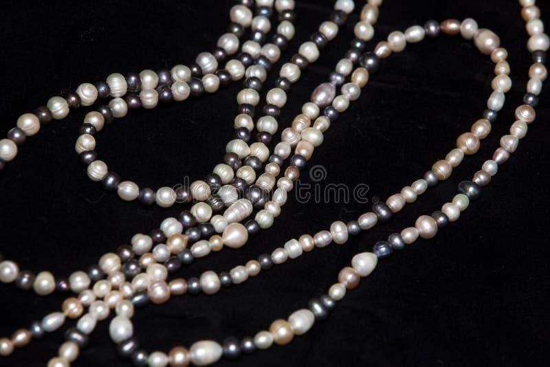 Perlenhalskette getrennt auf schwarzem Hintergrund stockfotos