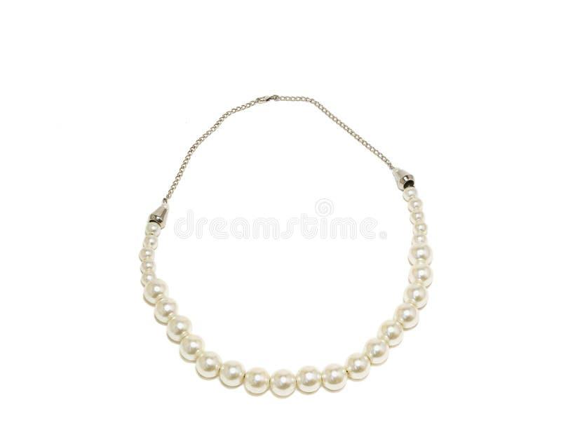 Perlenhalskette getrennt auf weißem Hintergrund lizenzfreies stockbild