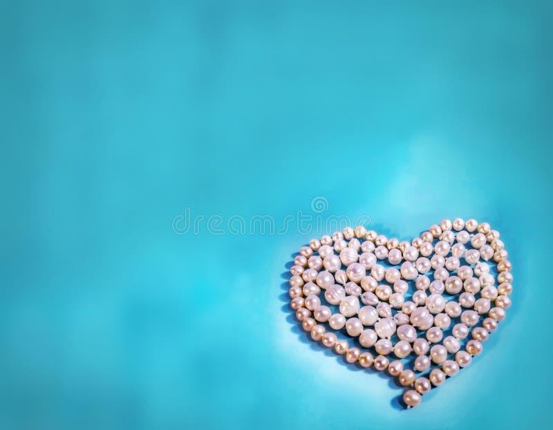 Perlenherz auf aquamarinem Aquarellhintergrund lizenzfreies stockfoto