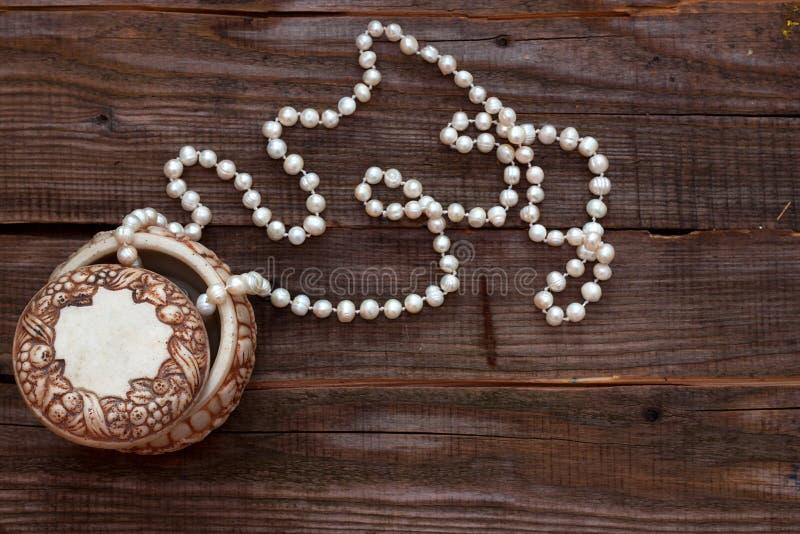 Perlenperlen im Kasten stockbild