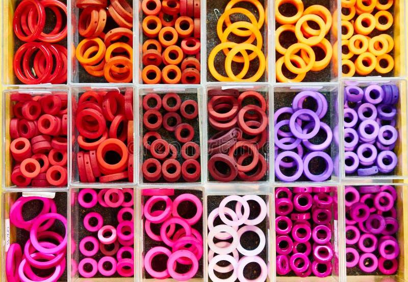 Perles/anneaux dans des boîtes photo stock
