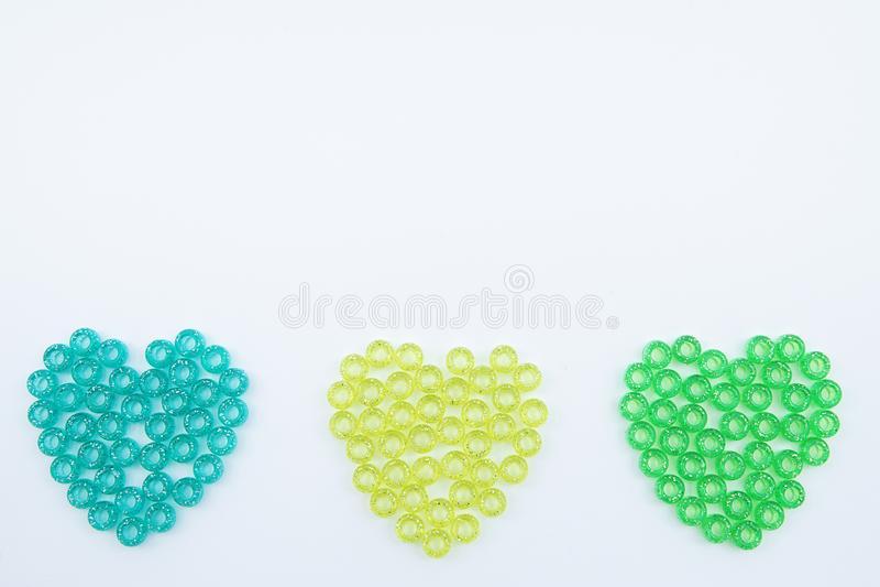 Perles colorées d'isolement sur le fond blanc image stock