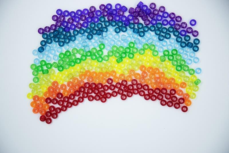 Perles colorées d'isolement sur le fond blanc photo libre de droits