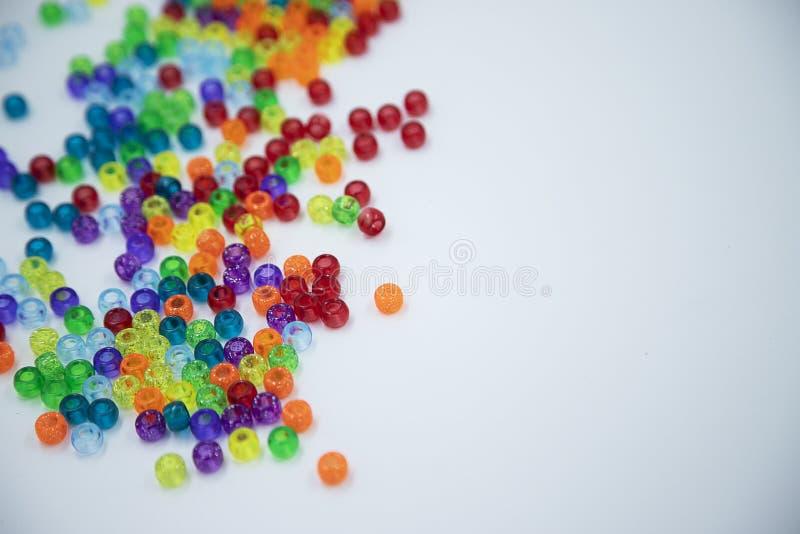 Perles colorées d'isolement sur le fond blanc images stock