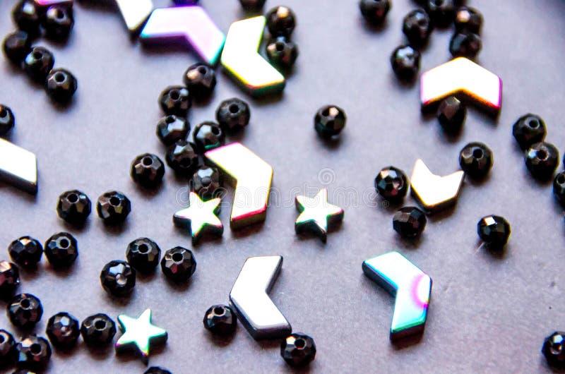 Perles colorées et noires et pierres d'isolement sur le fond gris photo libre de droits