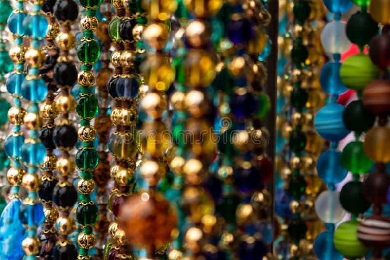 Perles colorées nombreuses formant des colliers Certains d'entre eux hors focale photos libres de droits
