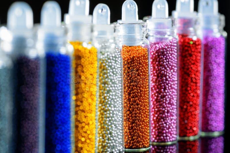 Perles colorées pour le clou, plan rapproché photographie stock