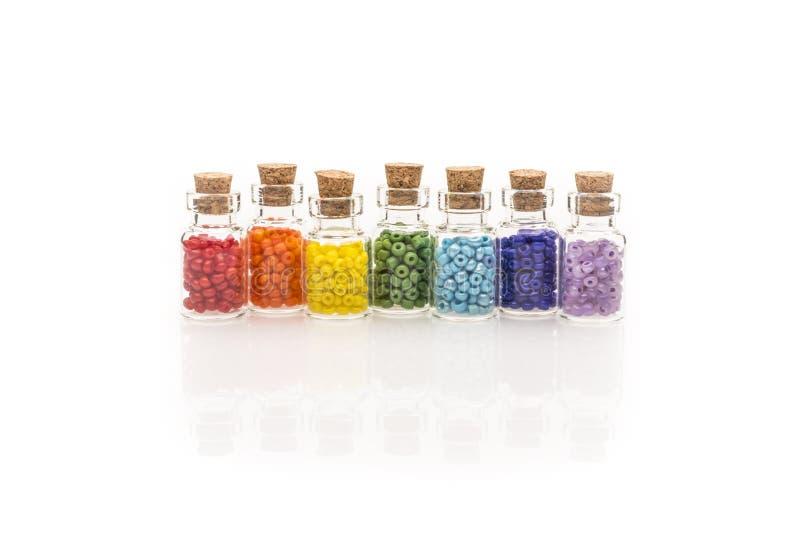 Perles d'arc-en-ciel dans des bouteilles en verre minuscules photographie stock