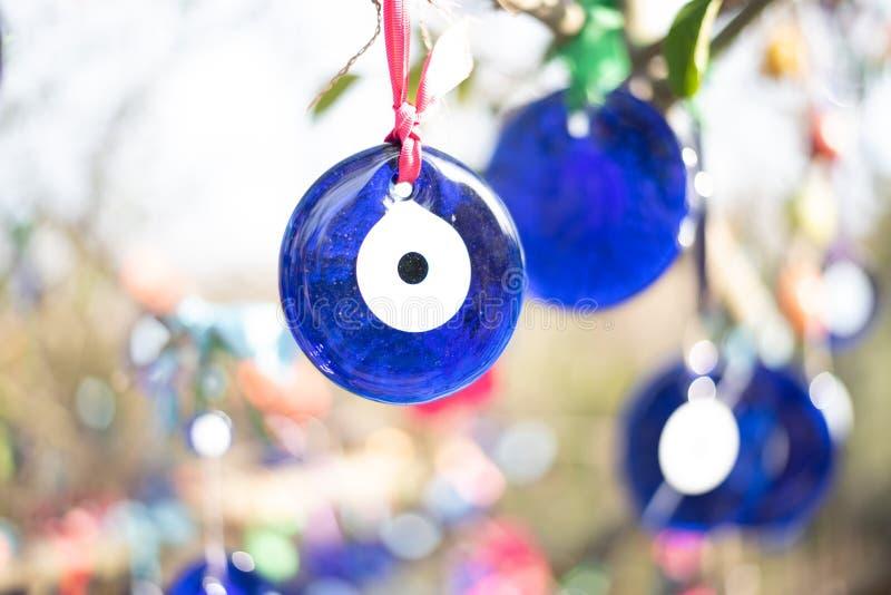 Perles d'oeil mauvais attachées sur l'arbre photographie stock