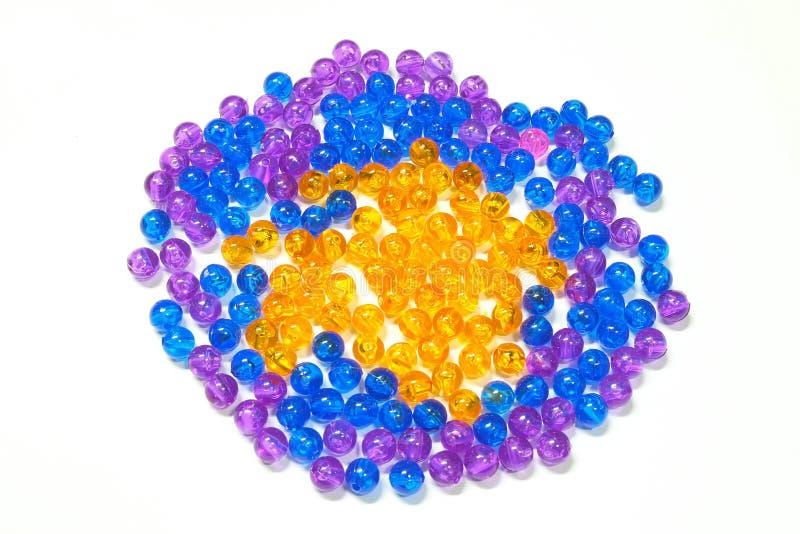 Perles de couleur sur le fond blanc photo stock