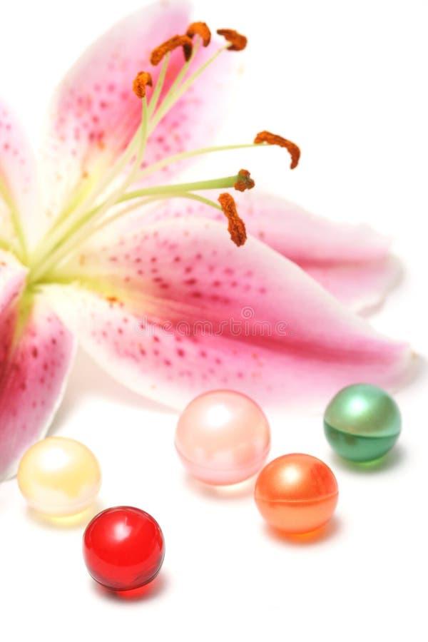 Perles de lis et de pétrole de bain images libres de droits