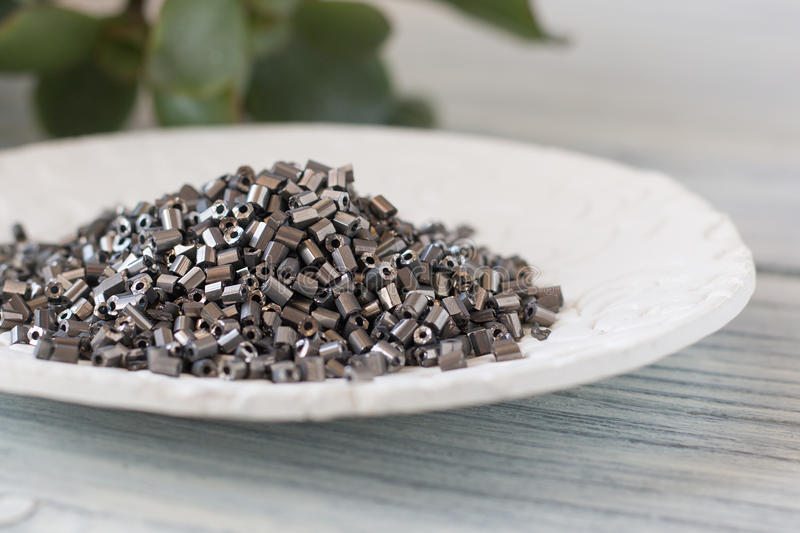 Perles de nickel d'un plat blanc photographie stock libre de droits
