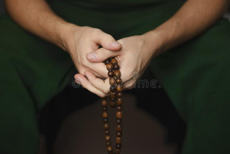 Perles de prière pour la méditation dans des mains des hommes Paix, conscience et mindfulness photographie stock libre de droits