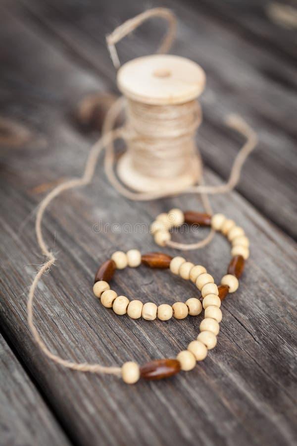 Perles en bois, bobine du fil, accessoires pour la couture photo libre de droits