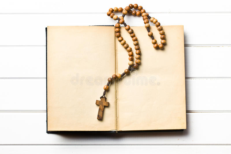 Perles en bois de chapelet avec le vieux livre photo libre de droits