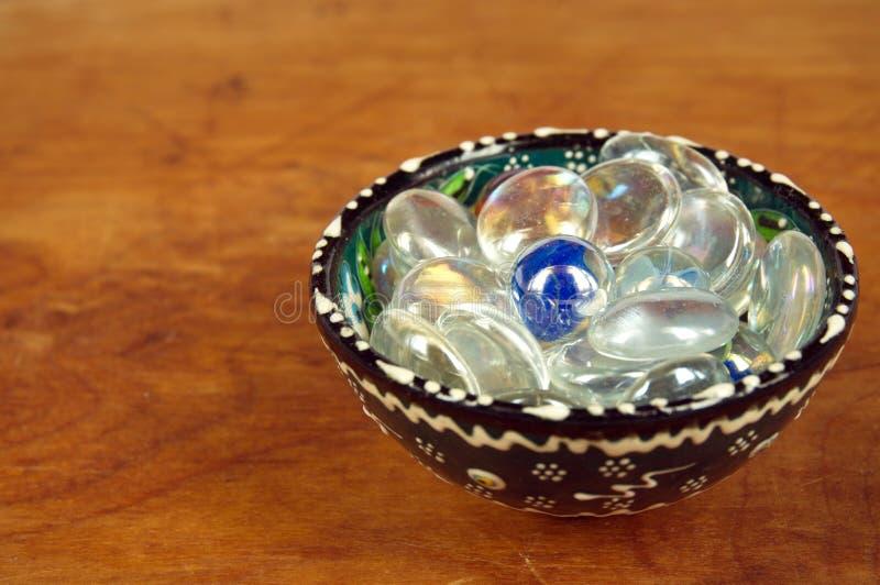 Perles en verre dans une tasse de porcelaine photo stock