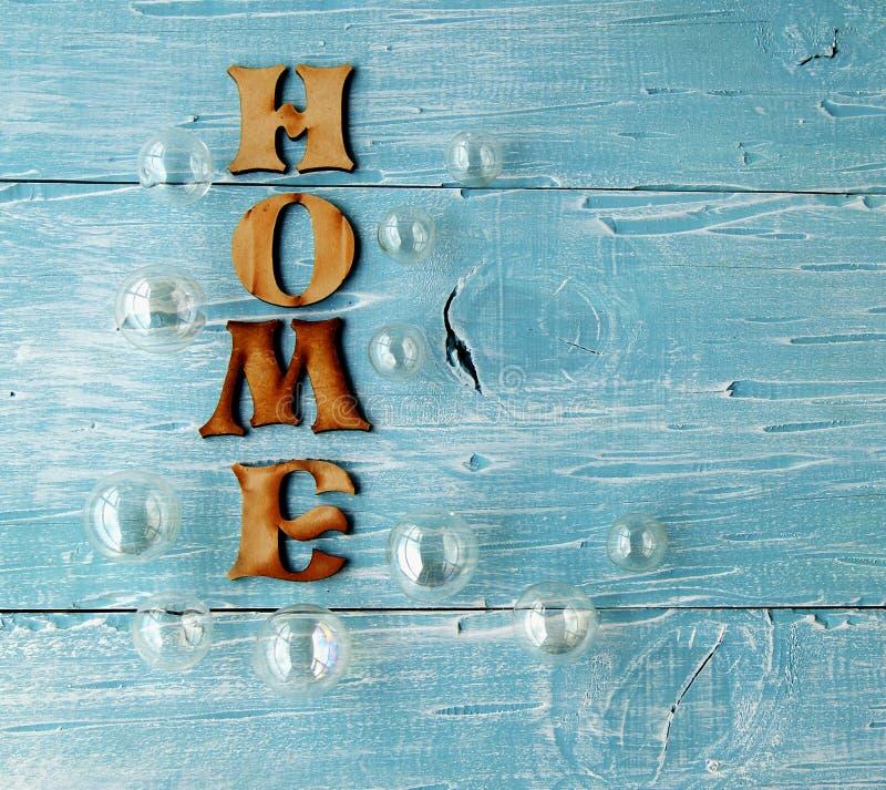 Perles en verre et Chambre d'inscription sur un bleu photo stock