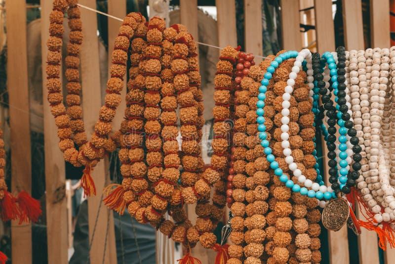 Perles et chapelet de Rudraksha Attribut sacré indou pour des prières Rudraksha est employé en colliers et bijoux images stock