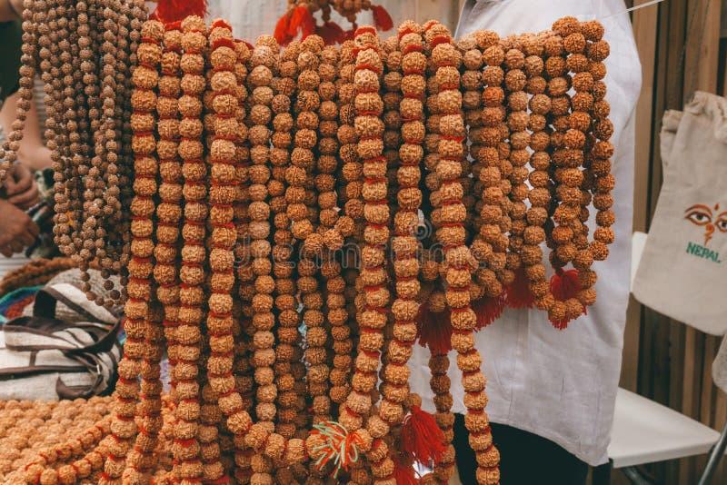 Perles et chapelet de Rudraksha Attribut sacré indou pour des prières Rudraksha est employé en colliers et bijoux photographie stock libre de droits