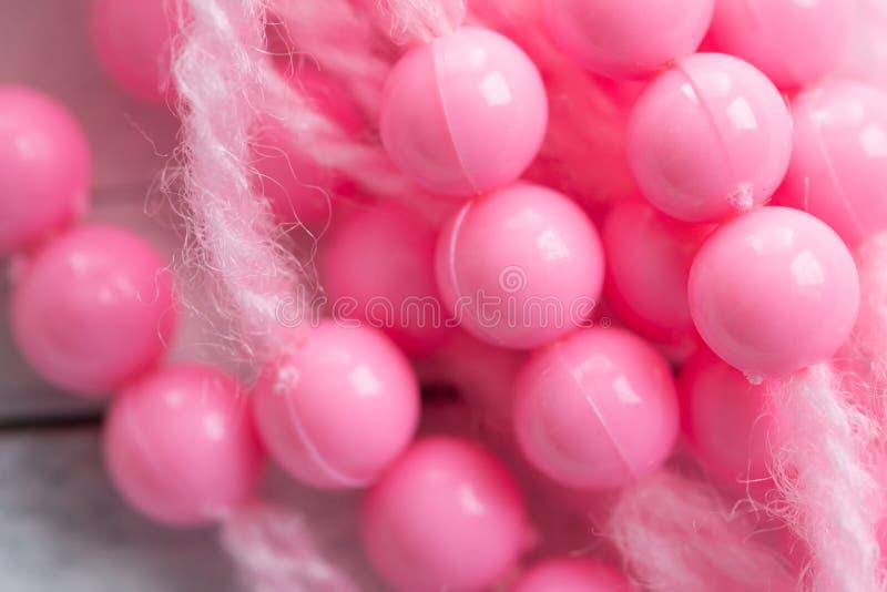 Perles et fil en plastique colorés images stock