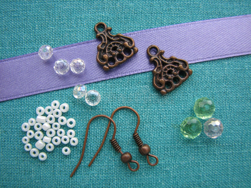 Perles et morceaux colorés pour faire des boucles d'oreille, bijoux faits main photos stock