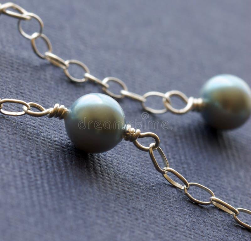 Perles femelles de collier de bijou sur le backgro coloré photos stock