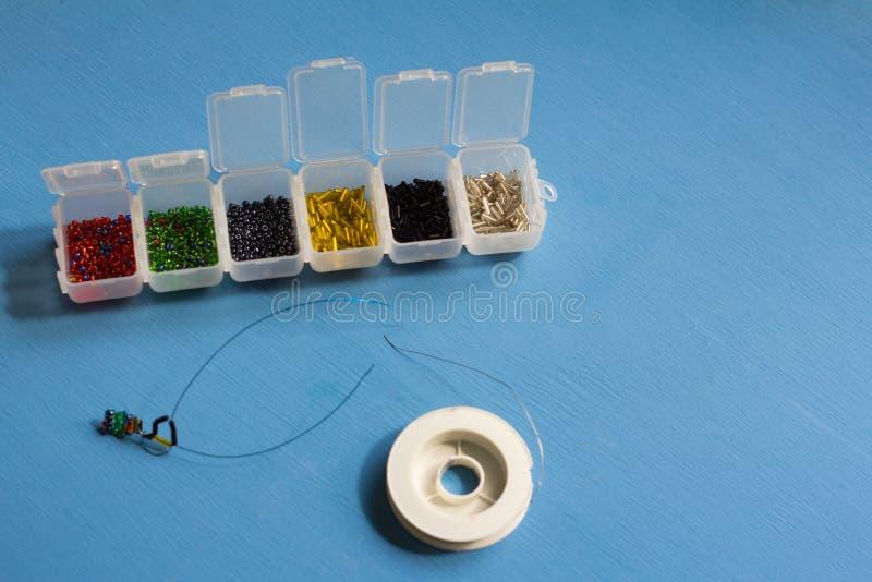 Perles multicolores de différentes formes pour le tissage photos libres de droits
