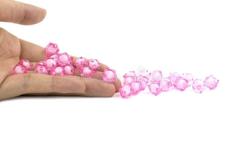 Perles roses en main image libre de droits