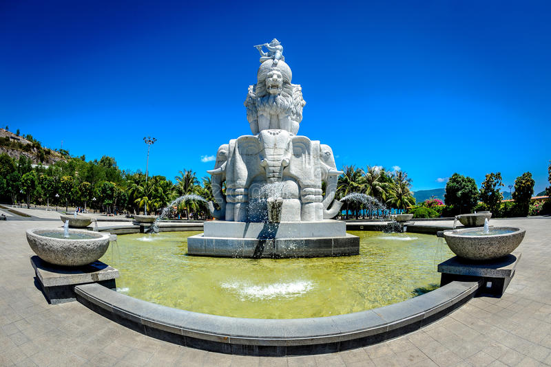Perlez la fontaine d'entrée d'île, trang de nha, Vietnam image stock